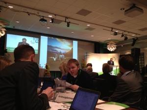 Per Martin og Nils i Livlig diskusjon ved Senterungdommens delegatbord.