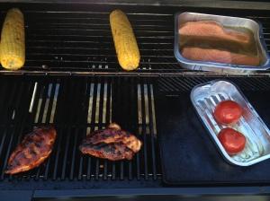 På menyen stod det; marinerte kyllingfilleter, laks i sennep og honningsmarinade, og grillede maiskolber og tomater :)