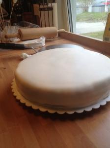 """Etter at fyll var lagt inn i bunnen og jeg hadde """"dirty-iced"""" kakebunnen utvendig så var det tid for å legge på marsipanen... det viste seg at marsipanutkjevlingsmatten funket perfekt her også:)"""