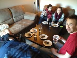 Siste gourmetmiddagen i leiligheten, på papptallerkner :) Alltid hyggelig med gode venner som stiller opp og hjelper til med å få orden i pakkekaoset.