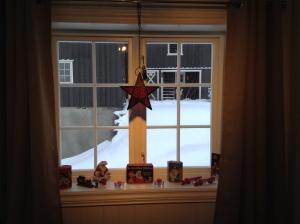 Jule-Cola-samlingen min har fått et eget vindu på soverommet :-) I bakgrunnen ser dere fjøset :-)