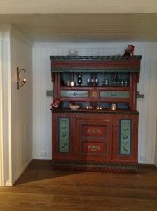 I gangen mellom kjøkkenet og mellomstua står det et gammelt framskap fra 1701.