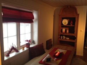 Spisebordet på kjøkkenet med gammelt fathyllskap :-)