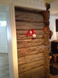 Mellom kjøkkenet og stua: Vi valgte å fremheve deler av den opprinnelige bæreveggene i laft. Mye historie i disse veggene!