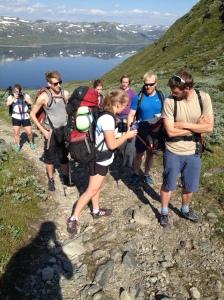 Her var gjengen klar for å gå til topps. To fotografer, en assistent på jobb, en assistent som ikke var på jobb, en fjellfører, en kompis med kjæreste, en kompis uten kjæreste.